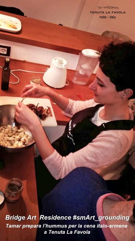 Tamar prepara l'hummus per la cena italo-armena a Tenuta La Favola 800